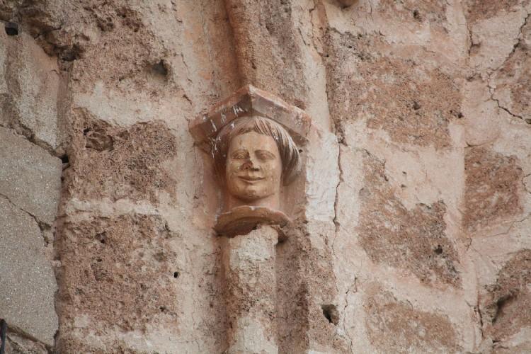 Detalles de la Iglesia. Se muestran detalles esculpidos por un maestro, de seguro cercano a la escuela que se encargó de las portadas de Almendres, Bercedo y Soto de Bureba.