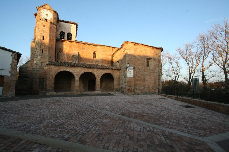 Iglesia de Sta. Eugenia. Se trata de un templo muy reformado que conserva aún una buena portada románica, delante una plaza recientemente remodelada.