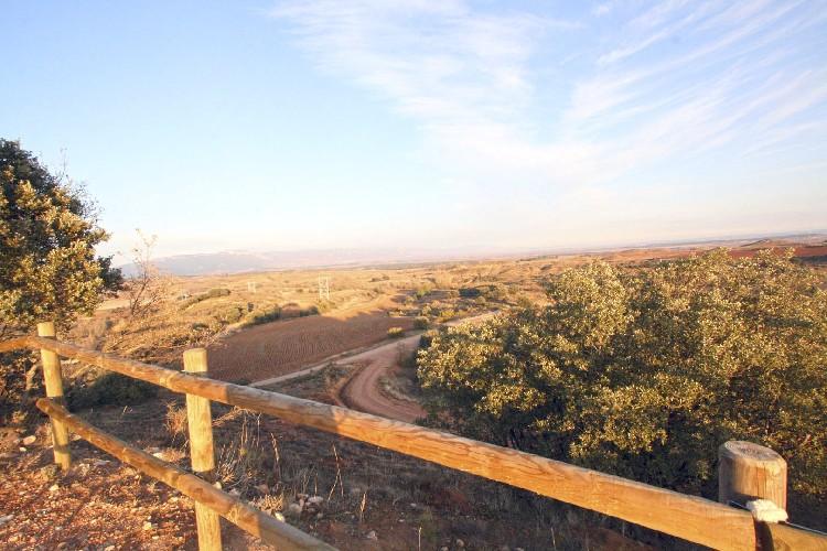 Vistas inmejorables. Se aprecia la práctica totalidad de los Montes Obarenes, desde la Mesa de Oña hasta el desfiladero de Pancorbo sin interrupción.