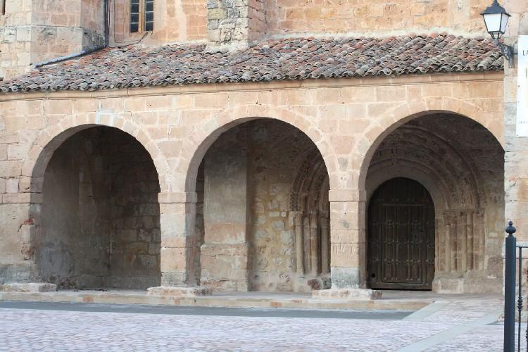 Una Buena Portada Románica. Esta portada se abre por medio de cinco arquivoltas de medio punto que se sustentan en jambas con columnas de fuste cilíndrico coronados por capiteles tallados.
