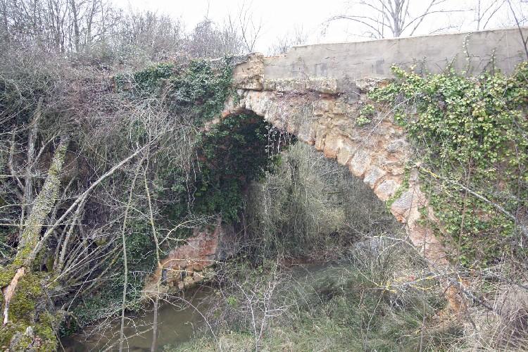 Existe un Puente Romano. Unos metros cauce arriba, existe un puente romano, que cruza el rio Castil y que servía de paso a una antigua vía romana.