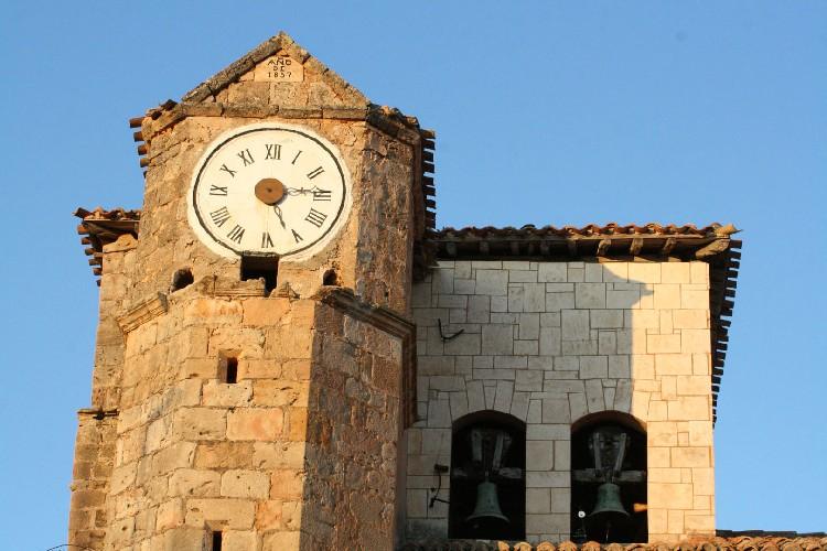 El Reloj de la Torre. En la zona mas elevada de la iglesia, se encuentra un bonito y vistoso reloj.