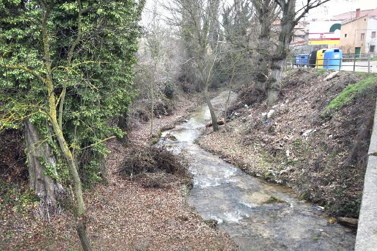 Limpieza del Cauce. Se ha procedido a limpiar el cauce del río Castil, a su paso por el centro urbano.