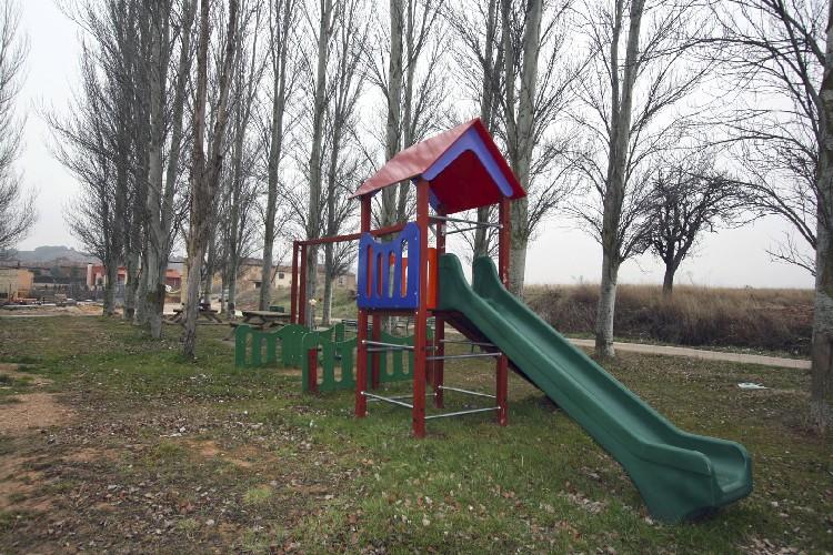 Parque para niños. En Lences se cuenta con varias zonas de juegos para los mas pequeños, a escasos metros del hostal rural.