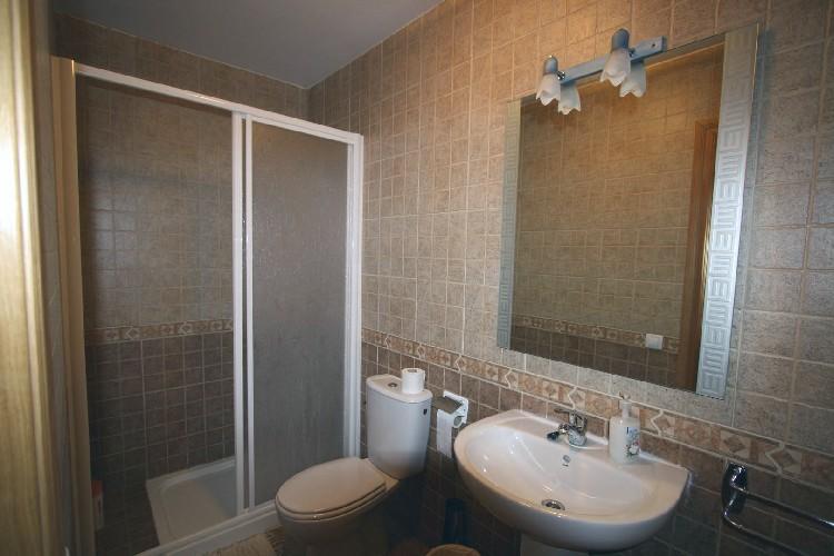 Cuartos de Baño Individuales. Cada habitación cuenta con un baño individual, dotado de duchas ó bañeras, con totales garantías de higiene.