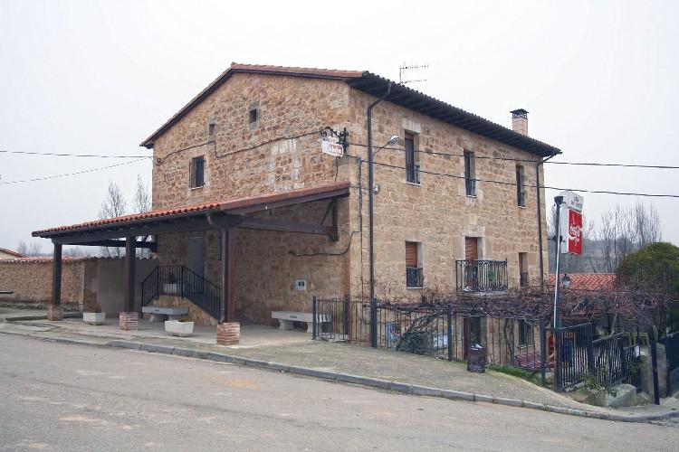 Ubicado en el centro de la localidad. Esta situado junto a la iglesia y a escasos metros del puente medieval que da la entrada al pueblo.