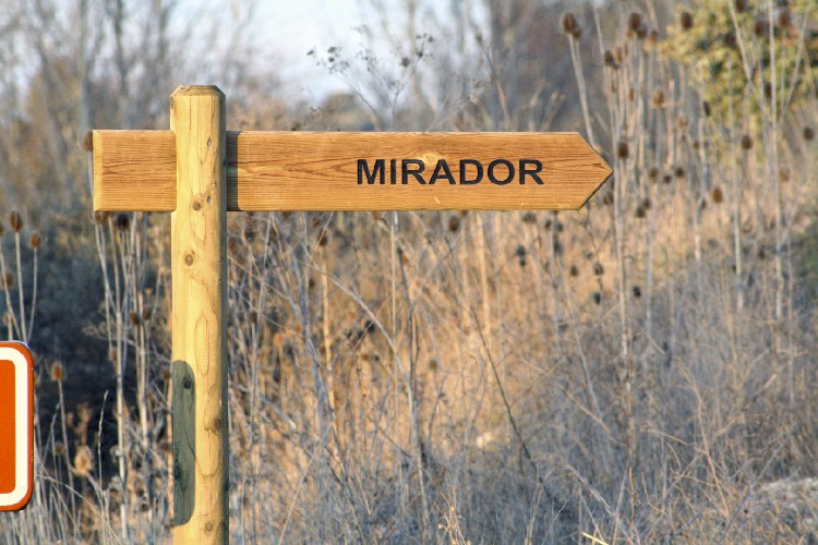 Señalización de Acceso al Mirador Esta situado a 500 metros de la población de Lences y se accede a el desde la zona ribereña del río Homino. Señalización de Acceso al Mirador Ubicación Extraordinaria Paseo Totalmente Seguro. Diferentes Caminos Compromiso de Conservación Vi