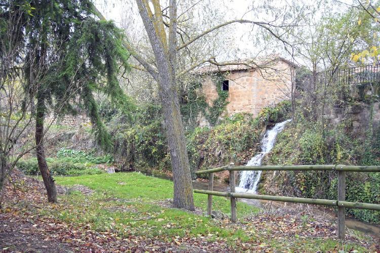 Cascada de agua desde el Molino. El agua del canal del Molino regresa al cauce del río Castil.