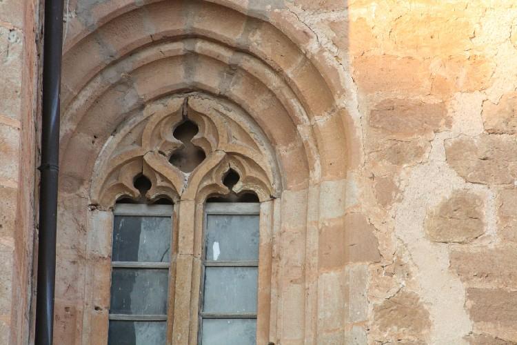 Detalles de Tintes Románico. La iglesia conserva detalles en piedra como los ventanales.
