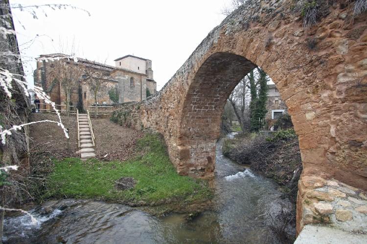 Cercano al Puente Medieval. Esta zona de Ocio se encuentra junto al Puente Medieval, a escasos metros de la iglesia.